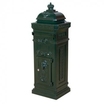 Okrasná sloupová poštovní schránka s historickým designem, zelená
