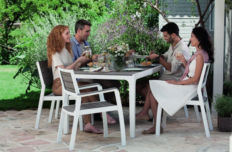 Zahradní plastová židle bez područek s imitací dřeva, bílá / cappuccino