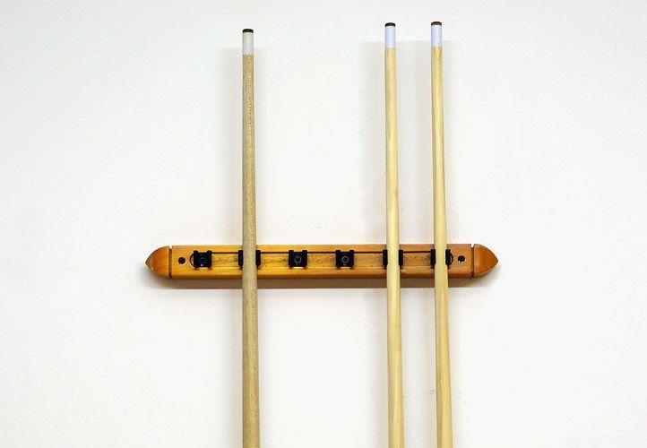 Nástěnný dřevěný držák na kulečníková tága