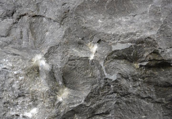 Kamenné umyvadlo z přírodního kamene, vnější strana hrubě opracovaná