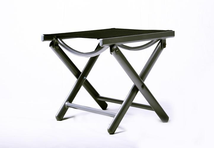 Větší set kovového nábytku, nastavitelné židle, skleněný stůl